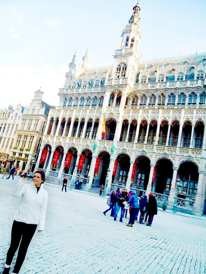 europe winter travel outfit ideas europe,winter,travel,outfit,ideas.styleguide,winter vacation, red coat, faux fur coat, Brussels